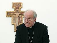 Austrian Cardinal Christoph Schoenborn arrives for a news conference after the Bishops conference in Vienna November 11, 2011.  REUTERS/Lisi Niesner  (AUSTRIA - Tags: POLITICS RELIGION)